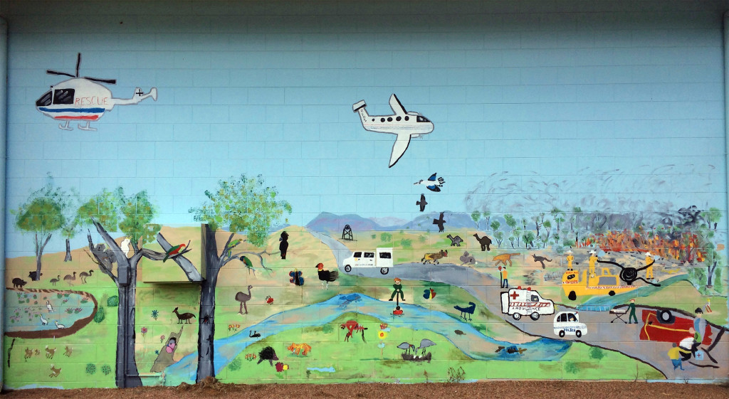 Wall painting på den lokale RFDS-station i Greenvale, vest for Townsville. Retrieval medicine er en integreret del af livsvilkårene ude i Outbacken – billedet viser på bedste vis alle de præhospitale aktører i aktion.