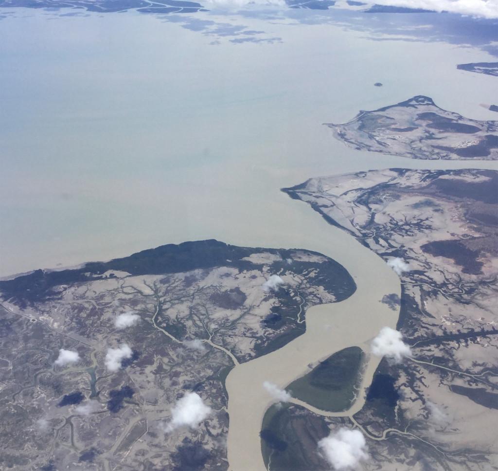 Regnen har også fyldt godt op i vandløb og floder. Der er i øjeblikket ofte flood warnings, når de lokale veje er lukket på grund af oversvømmelser. Mottoet er: If It's Flooded, Forget It. St Lawrence Creek, syd for Mackay