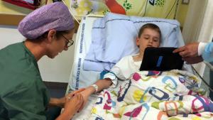 Undgå fastholdelse af børn under smertefulde procedurer